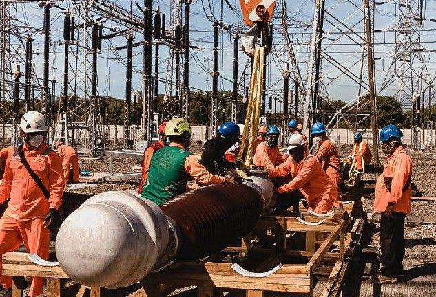 KENYAMANAN KONSUMEN: Personel dari tim pemeliharaan UPT Probolinggo saat melakukan penggantian komponen di GITET Grati.