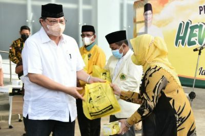 Ketua Umum DPP Partai Golkar Airlangga Hartarto menyerahkan paket sembako dan daging kurban kepada yang memerlukan.