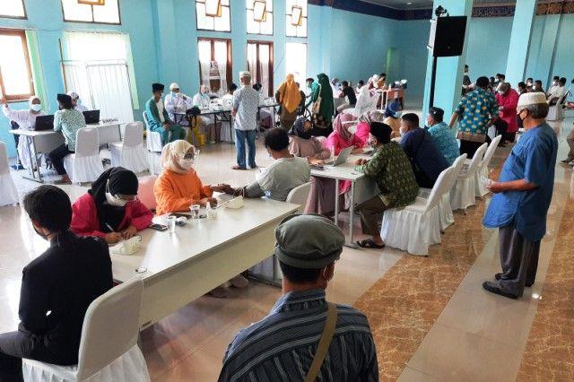 Warga Tanjungpinang, Kepulauan Riau, mengikuti program vaksinasi COVID-19.
