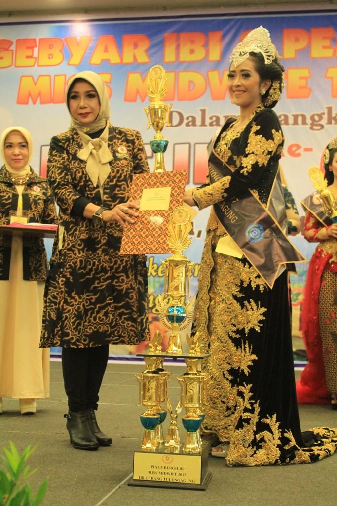 MEMBANGGAKAN: Ketua IBI Cabang Tulungagung Dra Triswati Sasmito. SST. MKes, memberikan hadiah dan piala bergilir kepada Miss Midwife 2017.