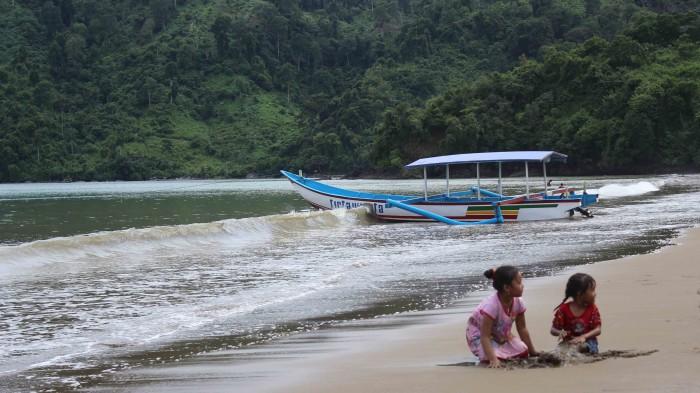 BISA GENJOT PAD : Beberapa wisatawan bermain di bibir Pantai Gemah di Desa/Kecamatan Besuki.