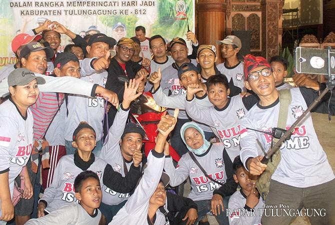 GEMBIRA: Peserta asal Kediri ber-wefie dengan Bupati Syahri saat penyerahan hadiah utama.