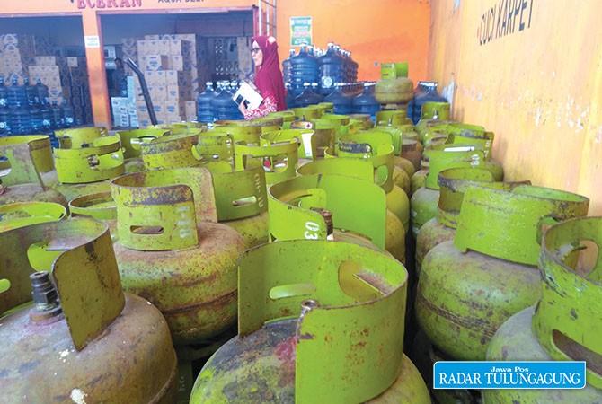 STOK TIPIS: Tumpukan gas tabung melon yang kosong di salah satu pangkalan gas di wilayah Kecamatan Trenggalek yang belum diisi.