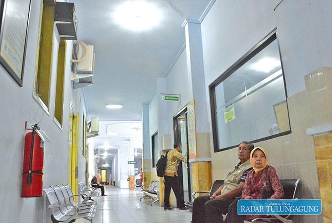 SUDAH TUTUP: Sejumlah pasien tengah mengantre untuk mendapatkan pelayanan fisioterapi di RSUD dr Soedomo, kemarin (27/7).