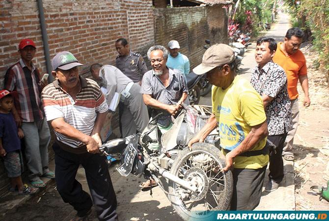 NAHAS: Kondisi sepeda motor korban setelah terlindas truk.