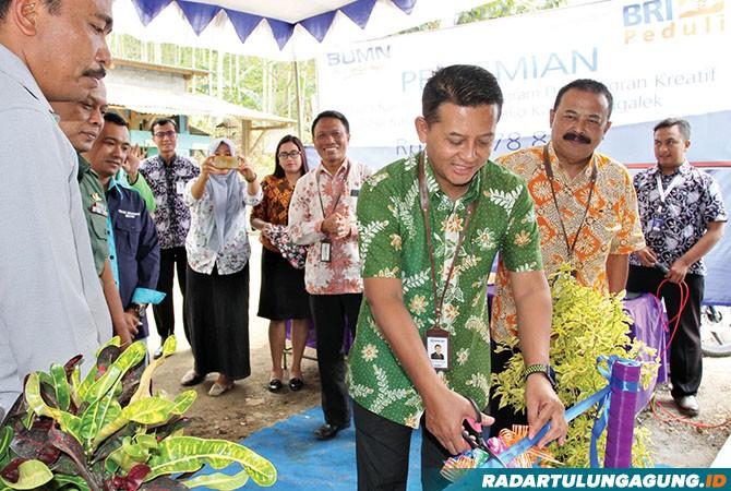 SIAP BERSAING : Pimpinan Cabang BRI Trenggalek, Rahmat B. Sulistya saat memotong pita rumah produksi program Desa Migran Kreatif