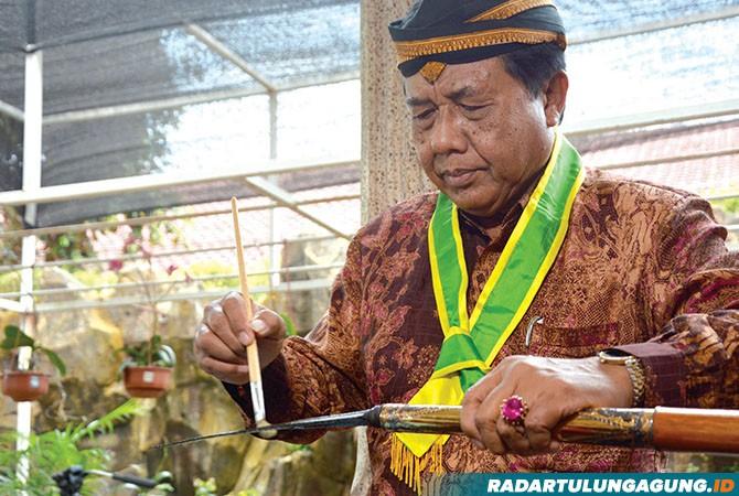 RUTIN: Petugas penjamasan memberi wangi-wangian pusaka tombak Korowelang usai dijamas, kemarin