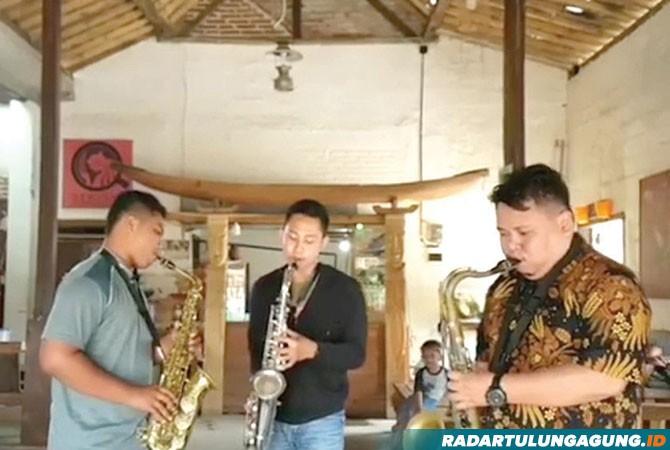 BERSUNGGUH-SUNGGUH: Anggota KTT sedang memainkan alat musik tiup beberapa hari yang lalu.