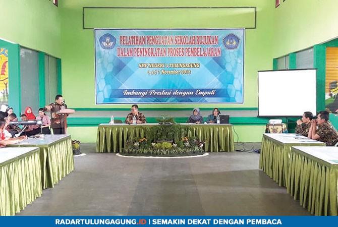 BERI BEKAL : Kepala LPMP Jatim, Bambang AS saat memberi sambutan di pelatihan penguatan sekolah rujukan dalam rangka peningkatan proses pembelajaran di SMPN 3 Tulungagung