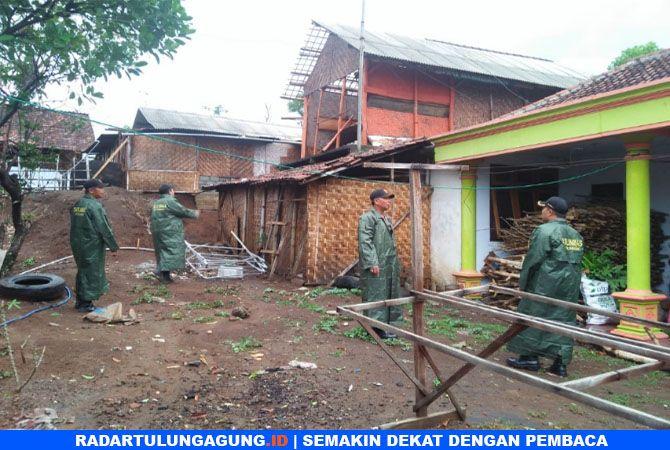 RUSAK : Rumah  warga Desa Picisan, Kecamatan Sendang, rusak setelah  terkena angin pada Jumat (9/11) sore.