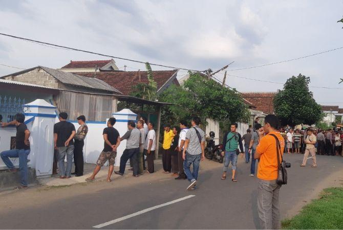 SADIS : Polisi saat mengepung rumah Matal sebelum menyerah karena tembakan, pada Jumat (16/11) lalu.