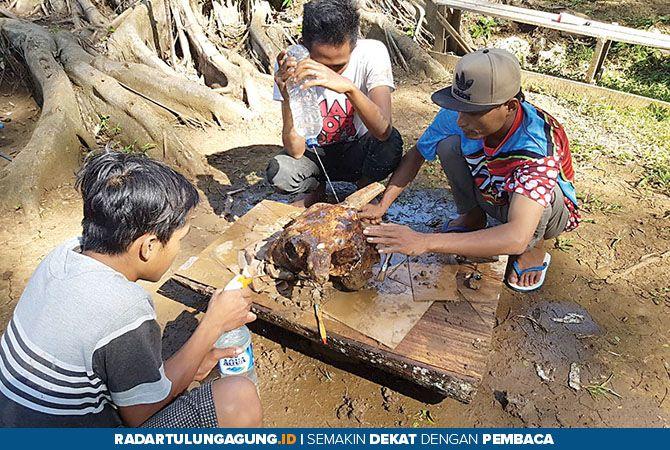 KERJA KERAS: Aktivitas para peneliti, bappeda, dan warga sekitar Gua Tenggar beberapa waktu lalu.