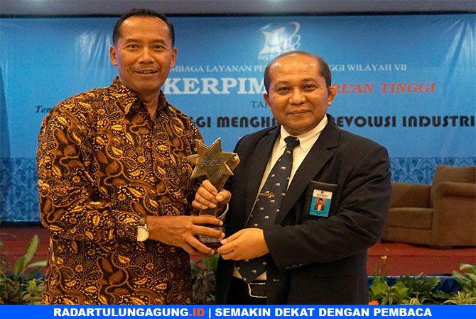 MEMBANGGAKAN: Rektor UMM Dr Fauzan, MPd (kiri), menerima trofi AKU dari Kepala LLDIKTI wilayah VII Jatim Prof Dr Ir Suprapto, DEA (kanan).