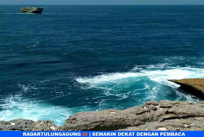 LELUASA MEMANDANG : Hamparan laut luas.
