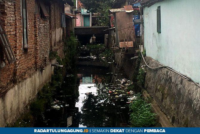 KUMUH: Salah satu sungai di wilayah Kecamatan Sananwetan yang terlihat banyak sampah, dua hari lalu (1/12).