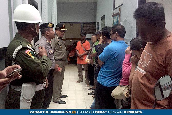 ASUSILA: Para pasangan bukan suami istri berada di kantor Satpol PP untuk pendataan dan pembinaan.