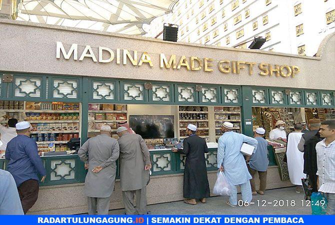 BISA BICARA INDONESIA :  Pedagang di sekitar gate 21 Masjid Nabawi, Madinah   cukup familier dengan pembeli dari Indonesia.