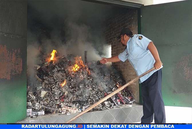 MERUGIKAN NEGARA: Ribuan batang rokok ilegal dibakar di Rupbasan Kelas II Blitar.