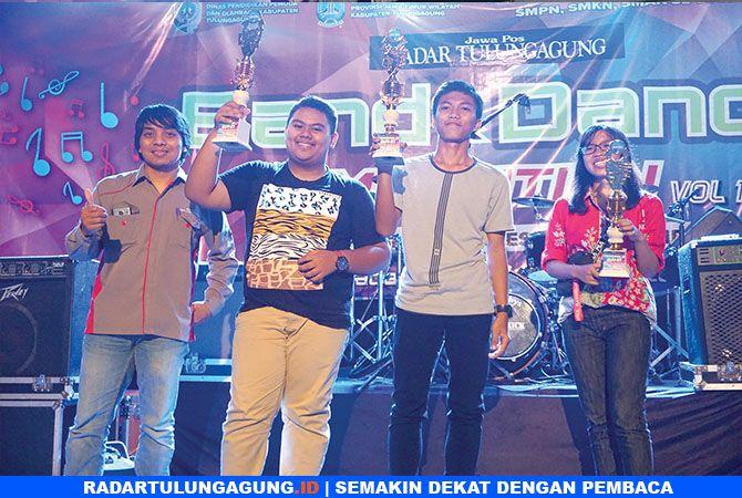 SELAMAT: Perwakilan dari SMPN 2 Tulungagung ketika menerima penghargaan (foto atas). Peserta Band dan Dance SMKN 1 Boyolangu ketika foto bersama usai menerima penghargaan (foto bawah).