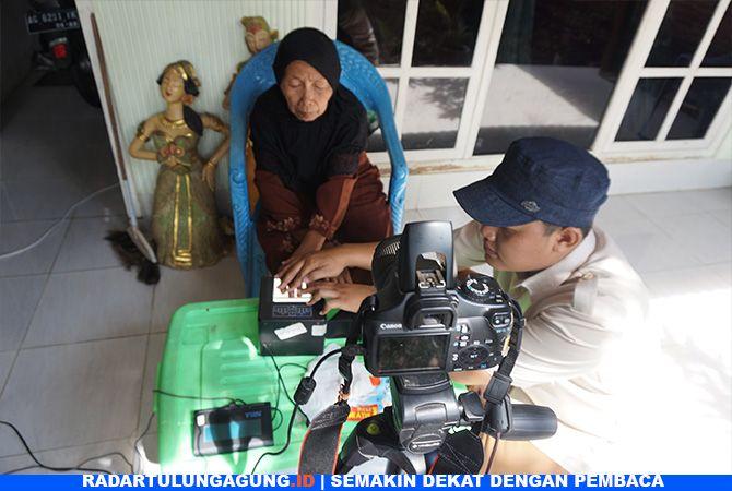 WAJIB E-KTP: Seorang lanjut usia di Kelurahan Tamanan, Kecamatan Trenggalek, saat ikut perekaman jemput bola.