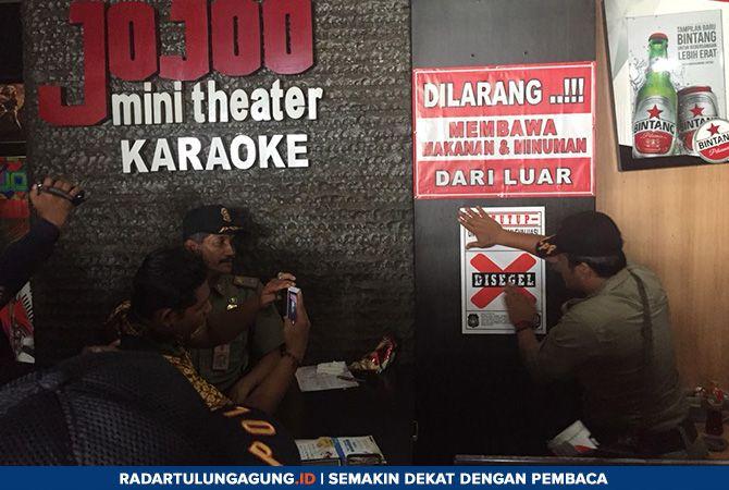 TUTUP SEMENTARA: Tempat karaoke yang sudah disegel Satpol PP Blitar Kota, Rabu (9/1)