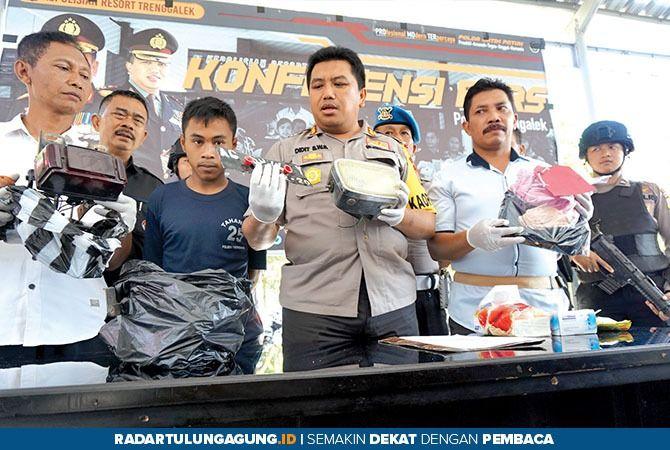 KAPOK : Barang bukti tindak kejahatan Eko Prasetyo, 22, warga Desa Dompyong, Kecamatan Trenggalek.