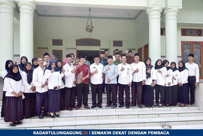 HARUS LEBIH GIAT: Plt Bupati Maryoto Birowo, Ketua Yayasan Ponpes Panca Hidayah Syamsul Laily, foto bersama dengan pengurus Ponpes Panca Hidayah.