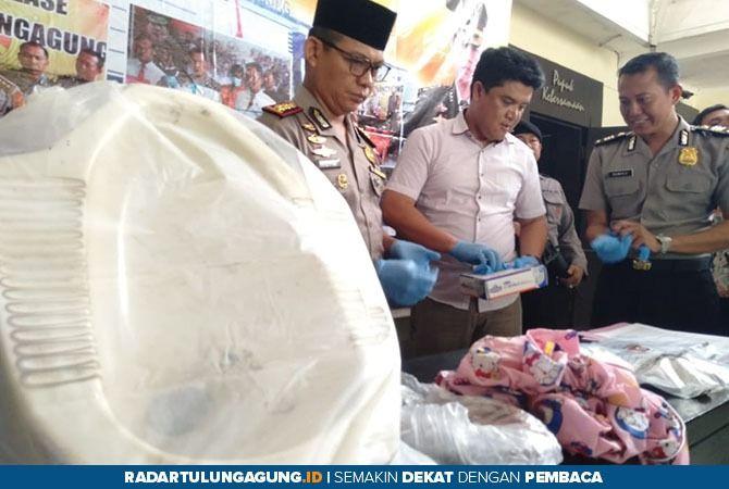 DIAMANKAN : Polisi mengumpulkan barang bukti kasus kematian bayi di WC Puskesmas Kauman.