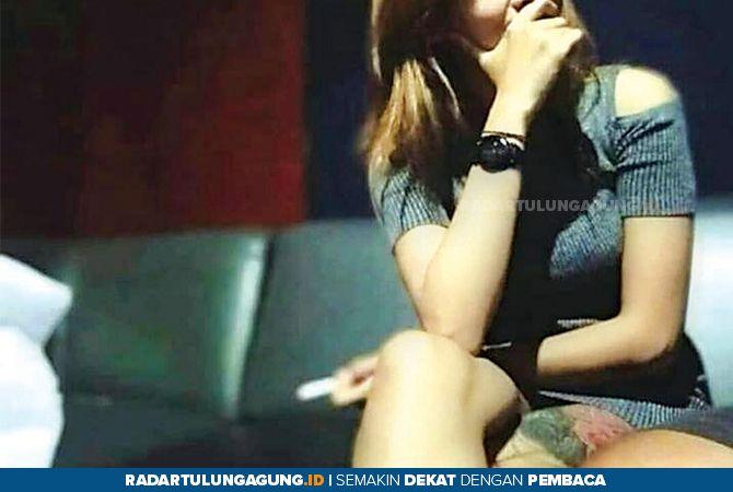 GELISAH : Brenda ketika menunggu tamu di salah satu tempat karaoke sebelum ditutup pemerintah.