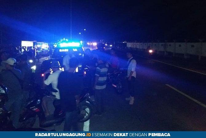 MEMANAS : Bentrokan antar pemuda di Jembatan Ngujang 2 dan polisi datang untuk meredam aksi mereka.