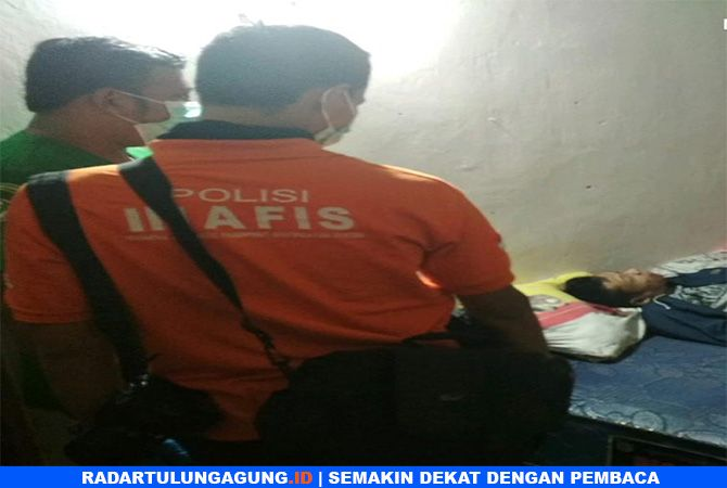 MATI MENDADAK : Polisi saat identifikasi jenaah Andri Suyatno.