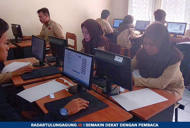 BISA DIATASI: Siswa kelas XII SMAN 1 Tulungagung peserta tryout UNBK yang digelar Jawa Pos Radar Tulungagung sedang mengerjakan naskah soal Kamis (17/1).