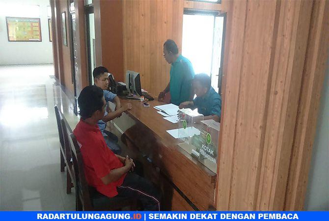 PROSES HUKUM : Kuasa Hukum M. Triyanto, Hendri Priono melayangkan surat permohonan penangguhan penahanan ke Pengadilan Negeri (PN) Blitar, Jumat (18/1).
