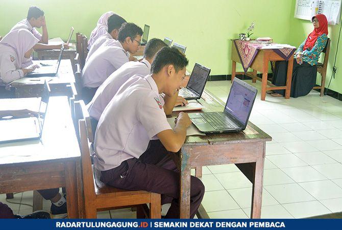 SERIUS: Beberapa siswa ketika mengikuti tryout mandiri di SMPN 2 Tulungagung Kamis (24/1).