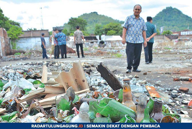 PEKERJAAN RUMAH: Tampak sisa botol dampak kebakaran Pasar Pon. Sejumlah petugas dari Kementerian Perdagangan mengecek lokasi Pasar Pon yang terbakar.