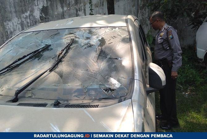 NAHAS : Kondisi mobil tercebur yang mengakibatkan tiga penumpang tewas di Sungai Brantas, Sabtu (26/1) lalu.