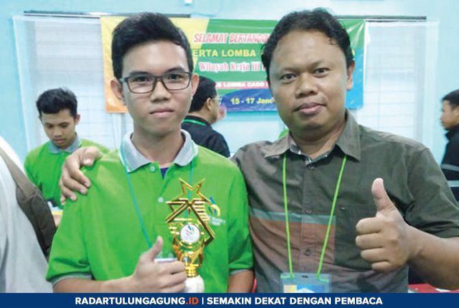 BERPRESTASI: Elby Putra Adrie Loho, siswa SMKN 1 Pagerwojo yang menang di LKS wilayah kerja III Jatim bersama dengan guru pembimbing, Maryanto.