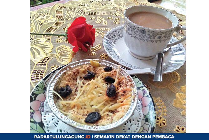 MANIS: Hujan deras ditemani secangkir kopi dan klappertaart.