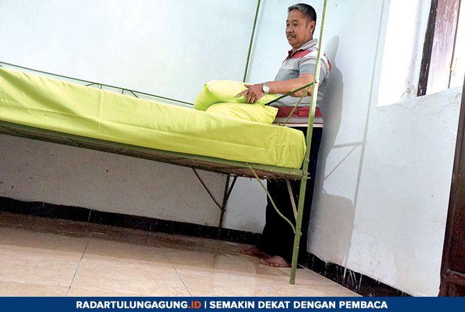 BERSEJARAH: Sukarni menunjukkan ranjang yang dulunya jadi tempat tidur Jenderal Sudirman ketika menginap di Desa Bodag.