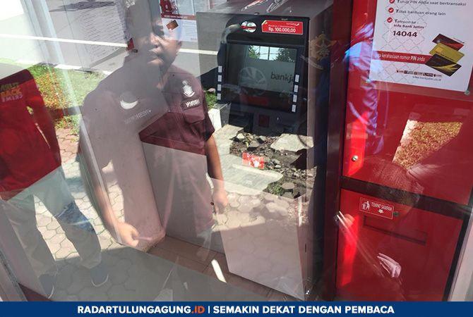 MERUGI: ATM di Jalan S. Supriyadi masih digaris polisi untuk penyelidikan lebih lanjut.