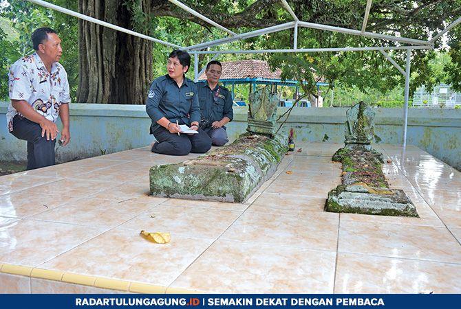 BELUM TERKUAK: TACB dari Provinsi Jatim ketika mencari data untuk menguak hilangnya batu nisan di makam Menak Sopal.