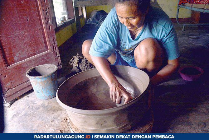 TRADISIONAL: Mbok Jami sedang membuat kuali dari tanah liat di rumahnya, Kelurahan Tamanan, Jumat (8/2).