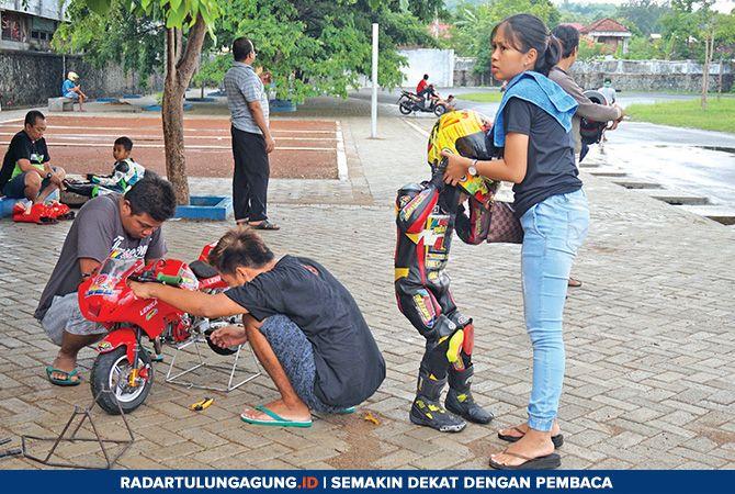 HARUS SABAR: Anak-anak di bawah usia dini ketika menjajal sirkuit Stadion Menak Sopal Trenggalek.