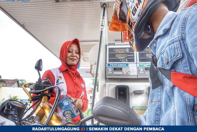 RAMAH: Karyawan SPBU di Plosokandang, Kecamatan Kedungwaru, saat melayani konsumen Minggu (10/2).
