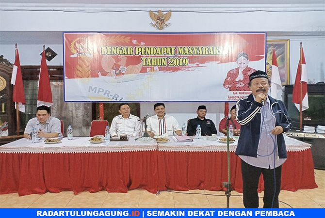 GAYENG : Warga  saat menyampaikan aspirasi kepada anggota MPR RI Nursuhud, Selasa (12/2).