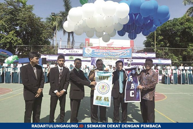 SELAMAT: Kepala Cabang Dispendik Jatim Wilayah Tulungagung Solikin (tengah) didampingi kepala SMAN 1 Boyolangu Abdul Rouf, guru dan komite melepas balon sebagai tanda pembukaan Dies Natalis Ke-45.