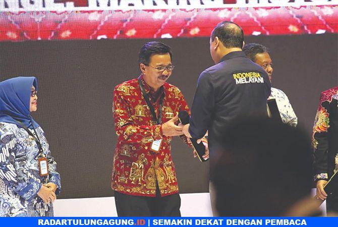 JADI PENYEMANGAT: Sekretaris Daerah (Sekda) Totok Subihandono menerima hasil evaluasi SAKIP kemarin.