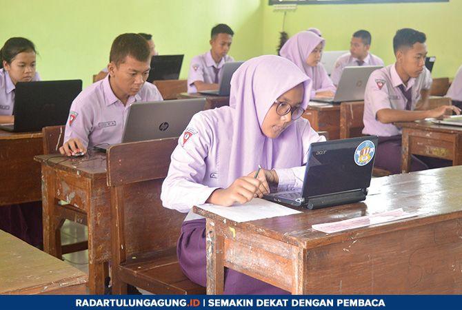FOKUS : Sejumlah siswa ketika mengikuti simulasi ujian nasional berbasis komputer (UNBK) di ruang kelas SMPN 2 Tulungagung.