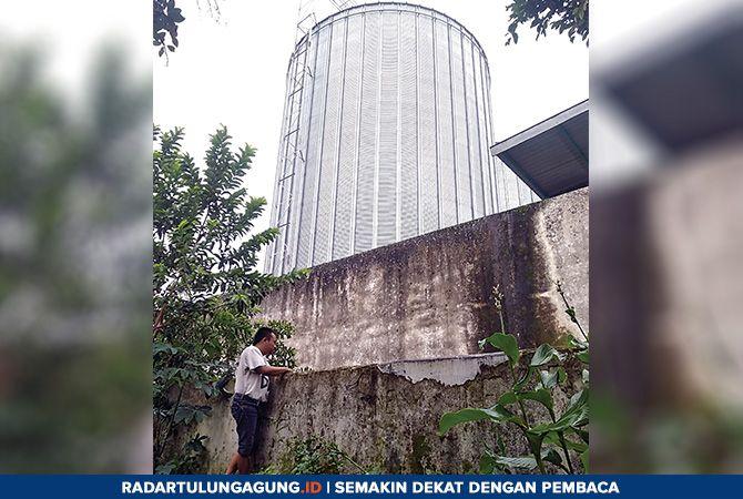 DIKELUHKAN: Salah seorang warga menunjukkan lokasi pembuangan limbah pabrik pakan ternak, Kamis (21/2).