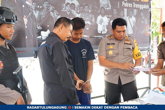 JANGAN MUDAH PERCAYA: Polisi memperlihatkan Widodo, pelaku penyebaran berita hoax yang bisa mengakibatkan pertikaian.